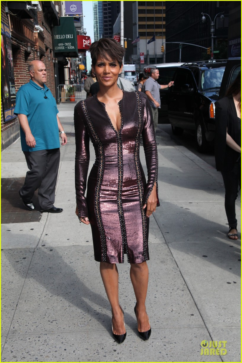 halle berry shows some cleavage at letterman 103151196