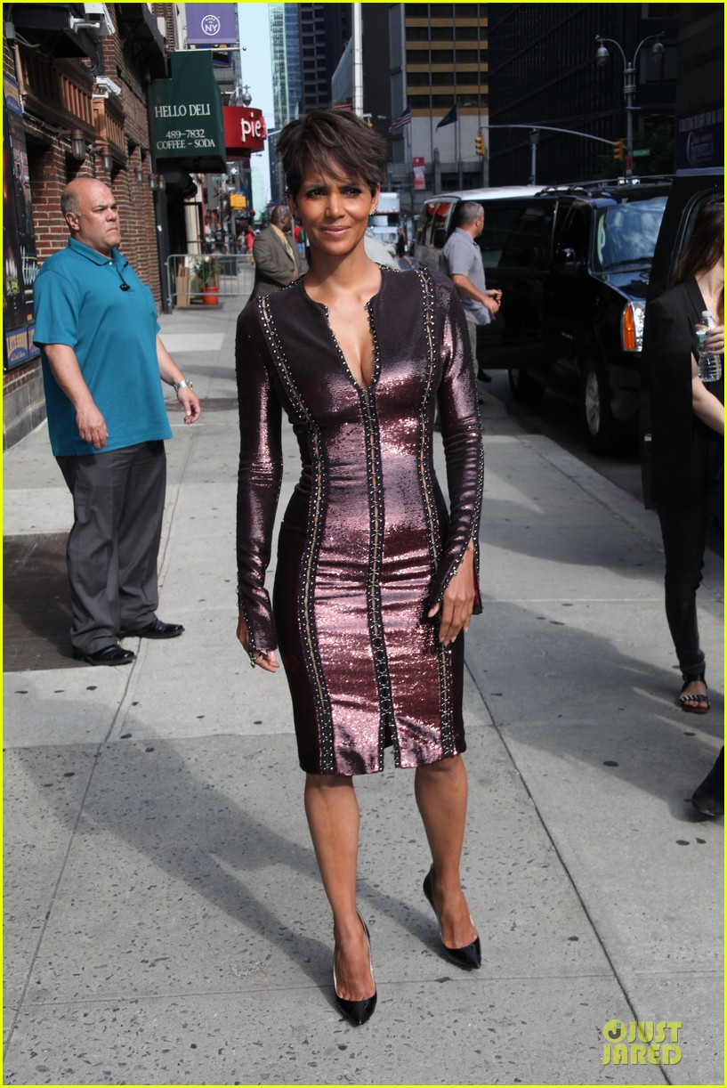 halle berry shows some cleavage at letterman 113151197
