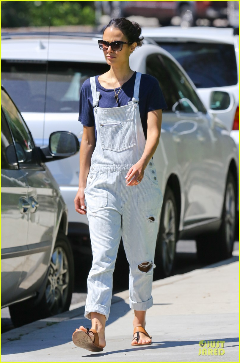 jordana brewster latest babe to adopt overalls 14