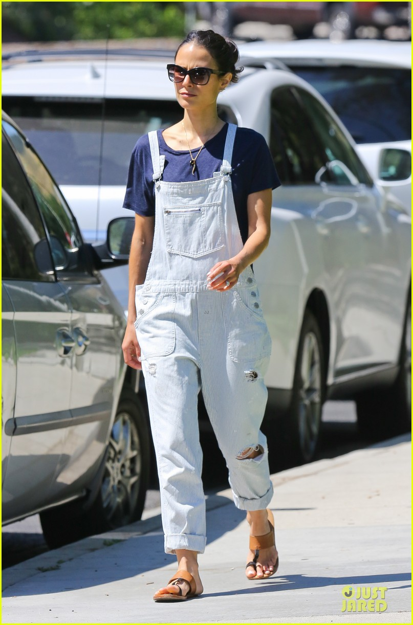 jordana brewster latest babe to adopt overalls 153147236