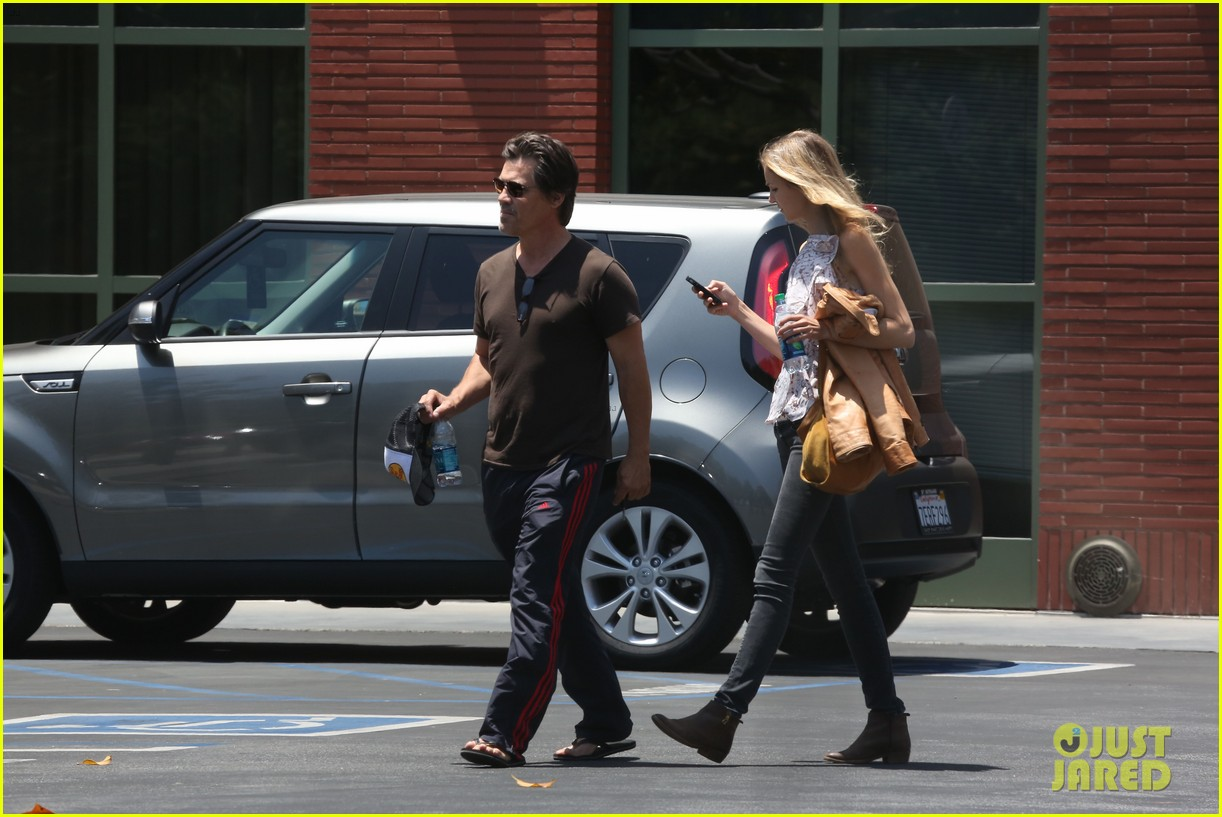 josh brolin girlfriend kathryn boyd run errands together in the valley 043148860