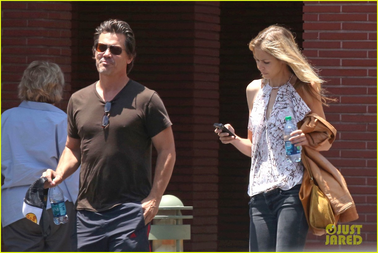 josh brolin girlfriend kathryn boyd run errands together in the valley 053148861
