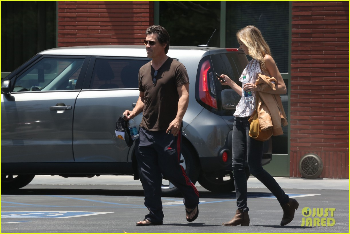 josh brolin girlfriend kathryn boyd run errands together in the valley 083148864