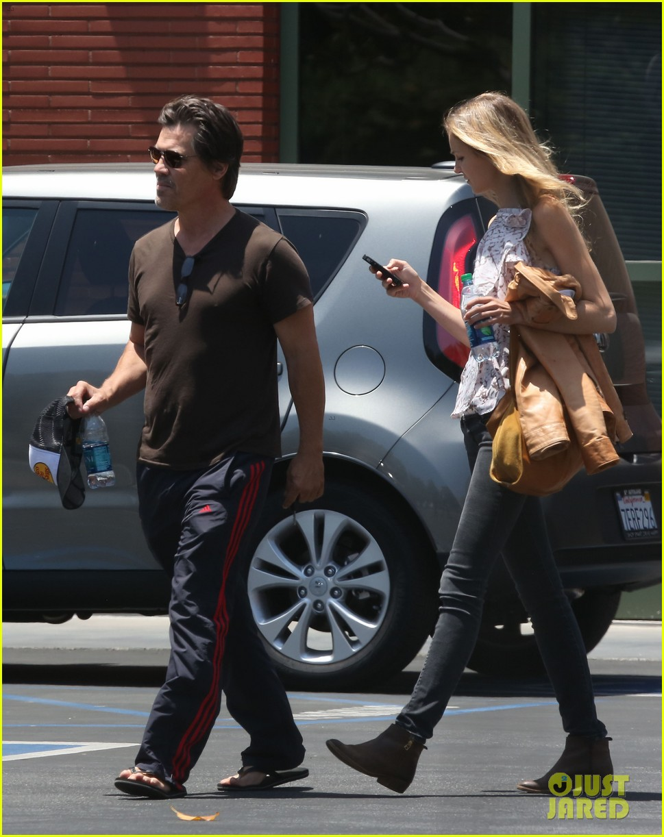 josh brolin girlfriend kathryn boyd run errands together in the valley 103148866