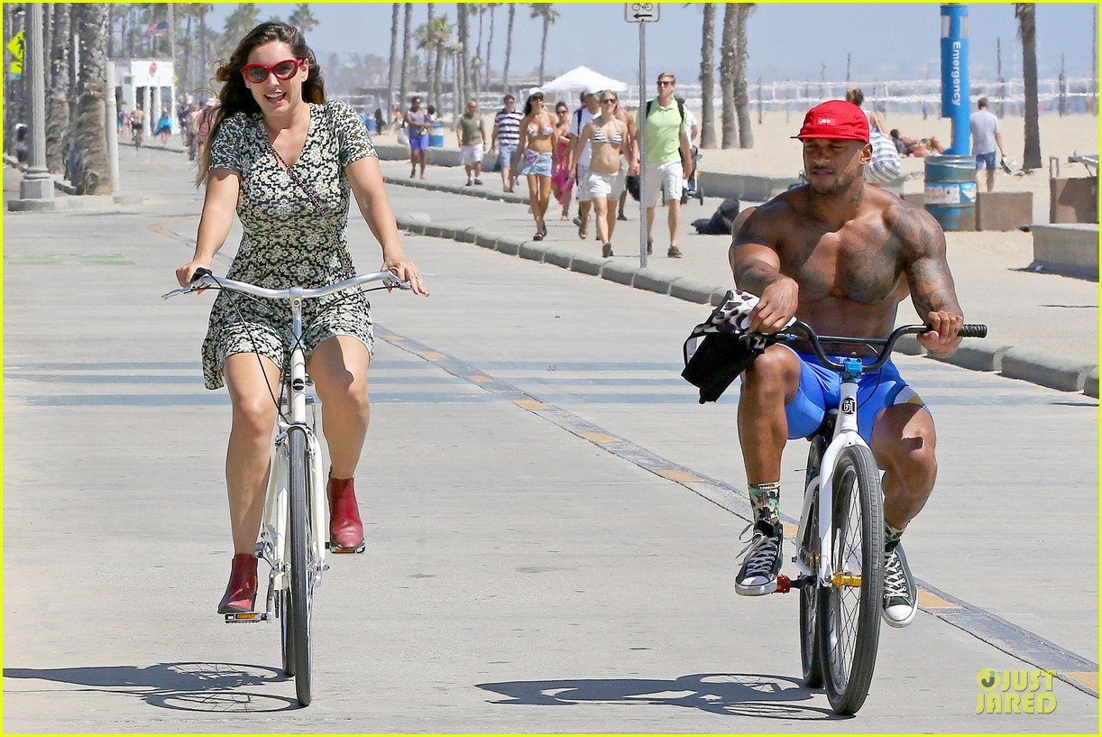 kelly brook david mcintosh goes shirtless on venice bike ride 073152027