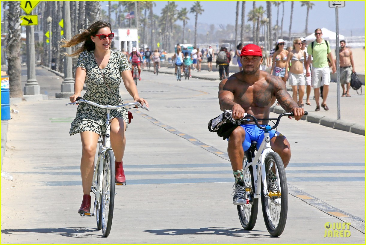 kelly brook david mcintosh goes shirtless on venice bike ride 113152031