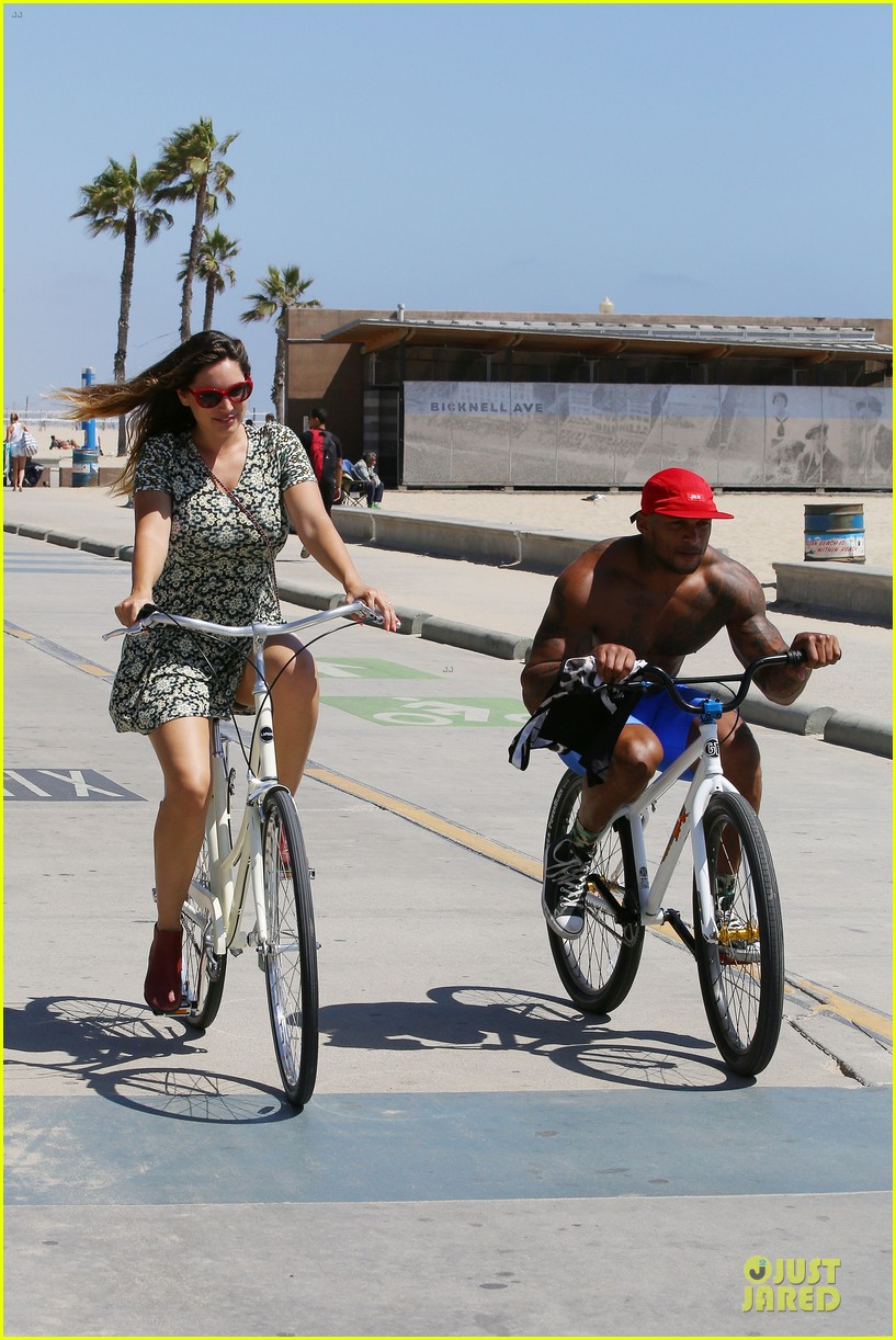 kelly brook david mcintosh goes shirtless on venice bike ride 143152034