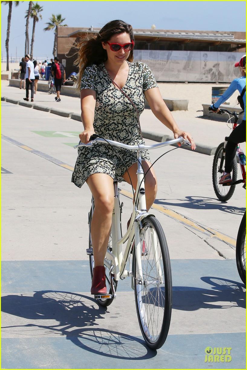 kelly brook david mcintosh goes shirtless on venice bike ride 163152036