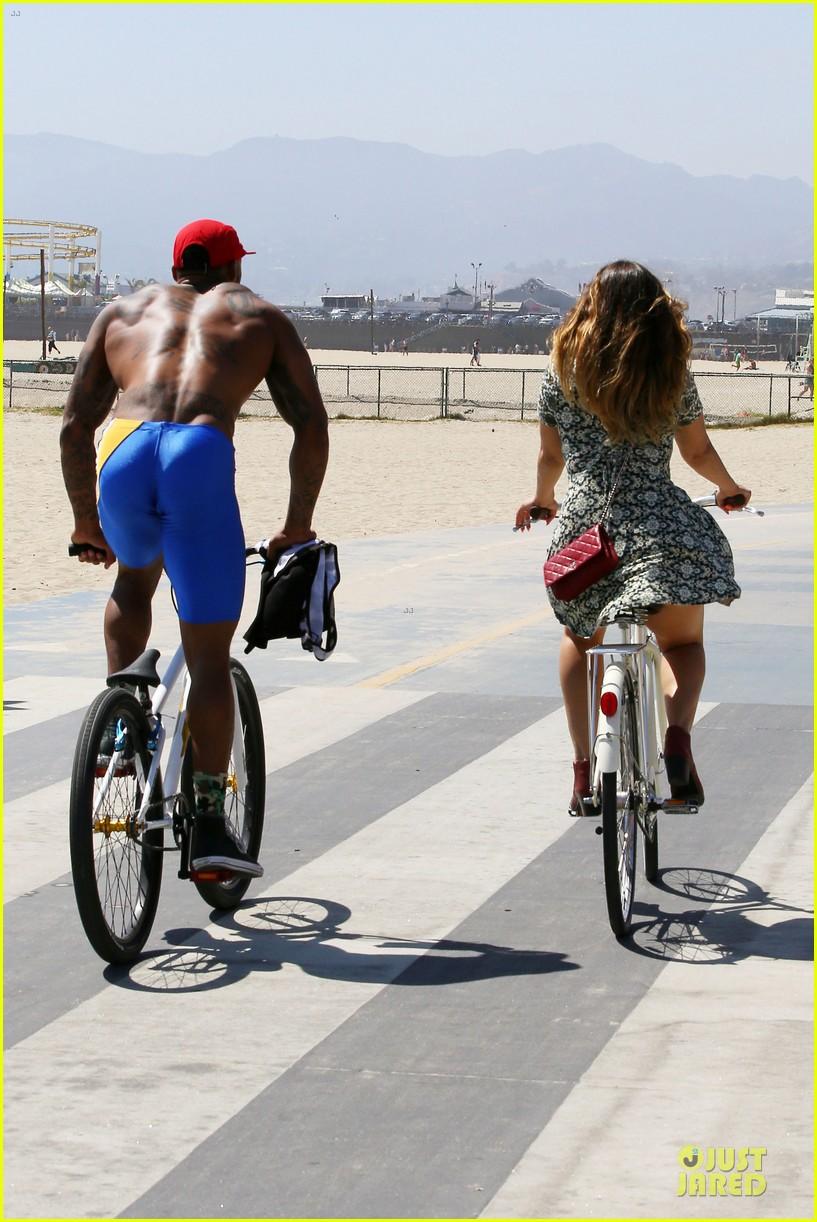 kelly brook david mcintosh goes shirtless on venice bike ride 173152037