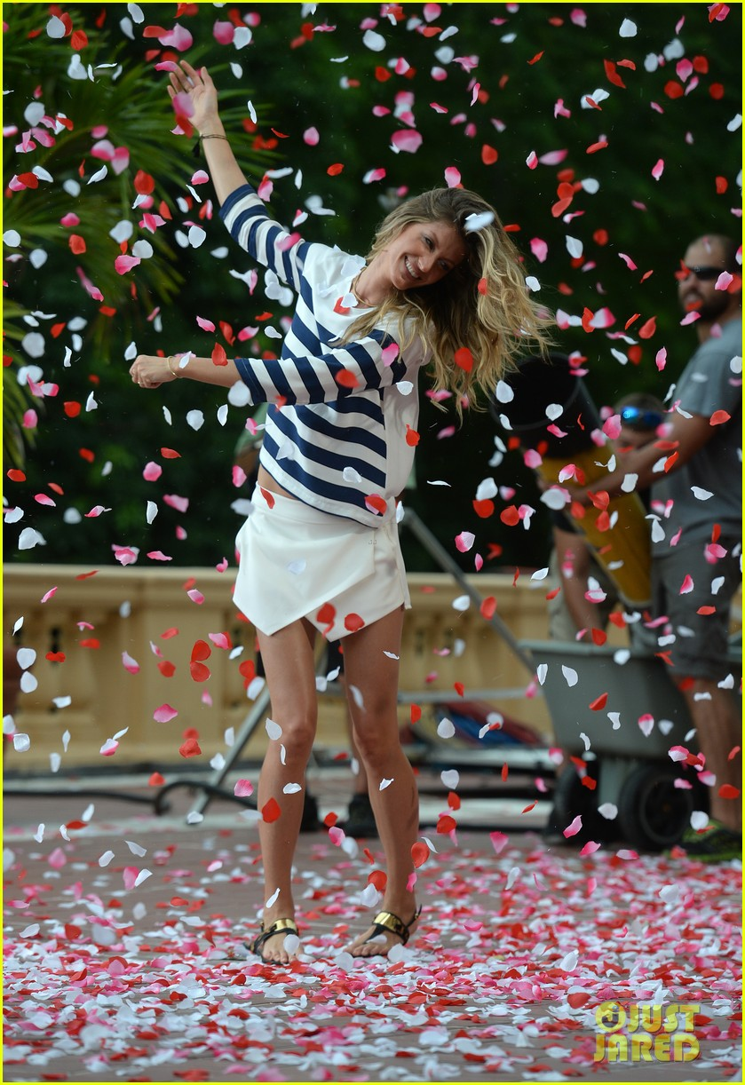 gisele bundchen showered with rose petals 013153646