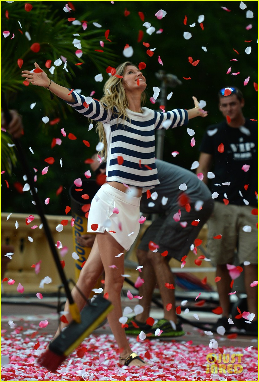 gisele bundchen showered with rose petals 053153650