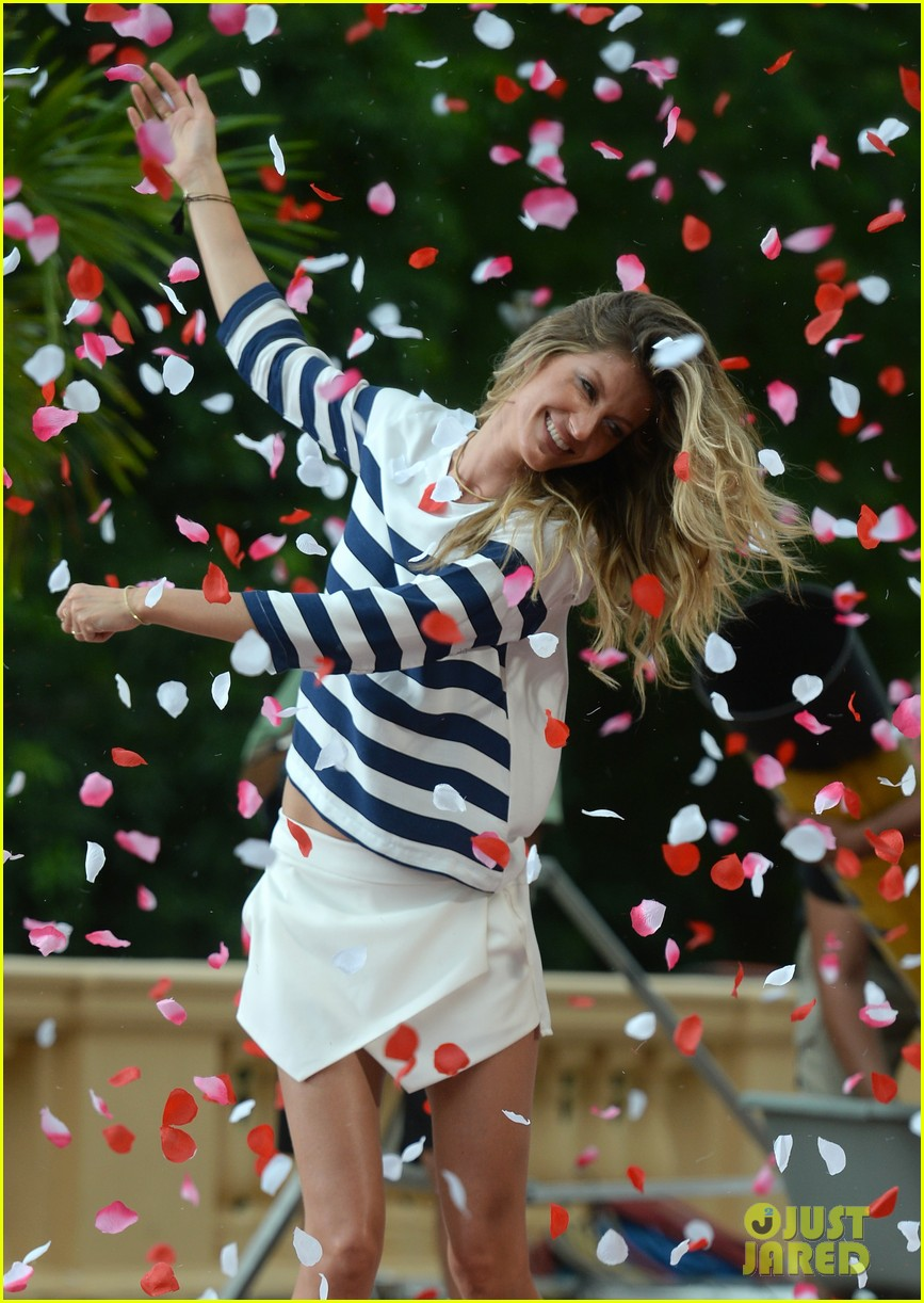 gisele bundchen showered with rose petals 173153662