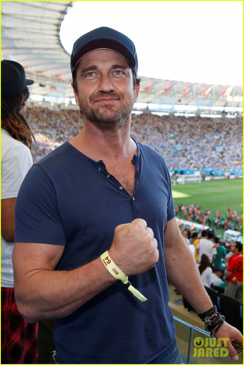 Gerard Butler Flexes His Huge Bicep Hangs With Rihanna At World Cup