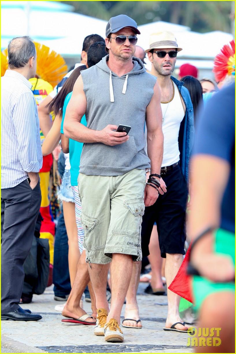 gerard butler beach sleeveless shirt brazil 013152500