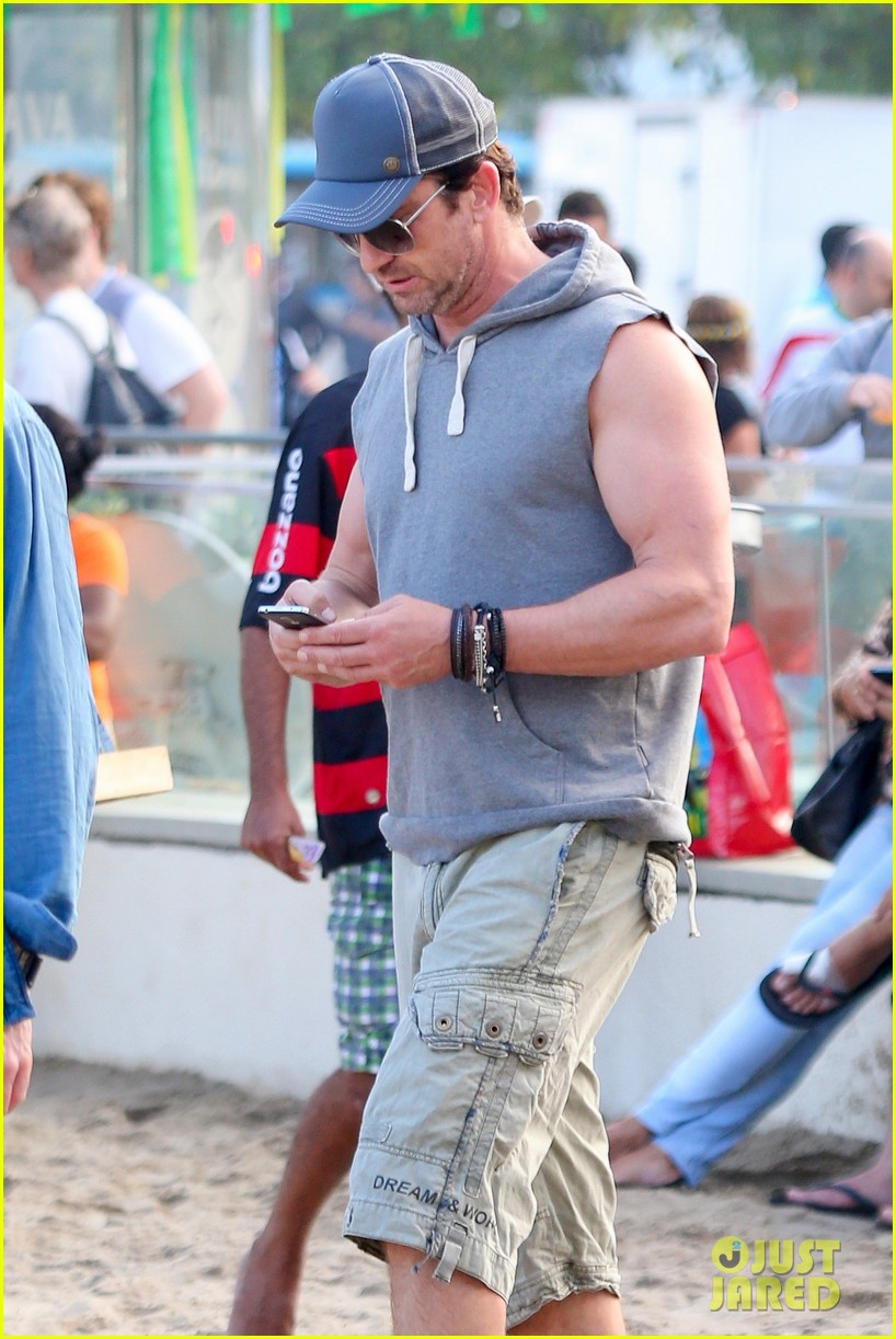 gerard butler beach sleeveless shirt brazil 023152501