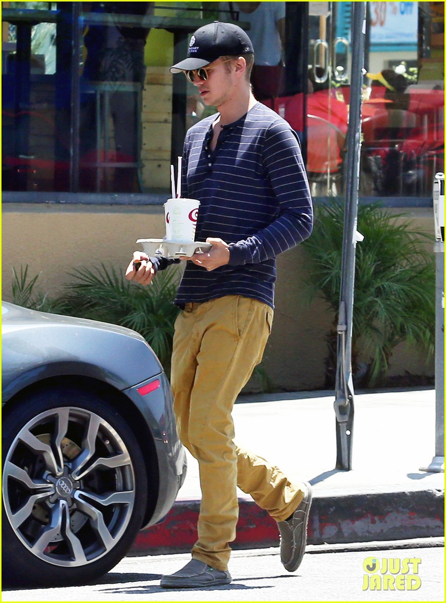 hayden christensen drops by jamba juice smoothies for two 123153302