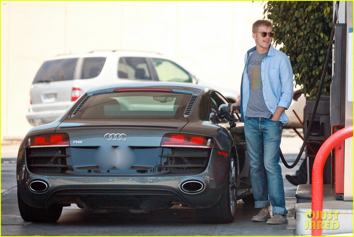 hayden christensen licks his lips while fueling his car 023148760