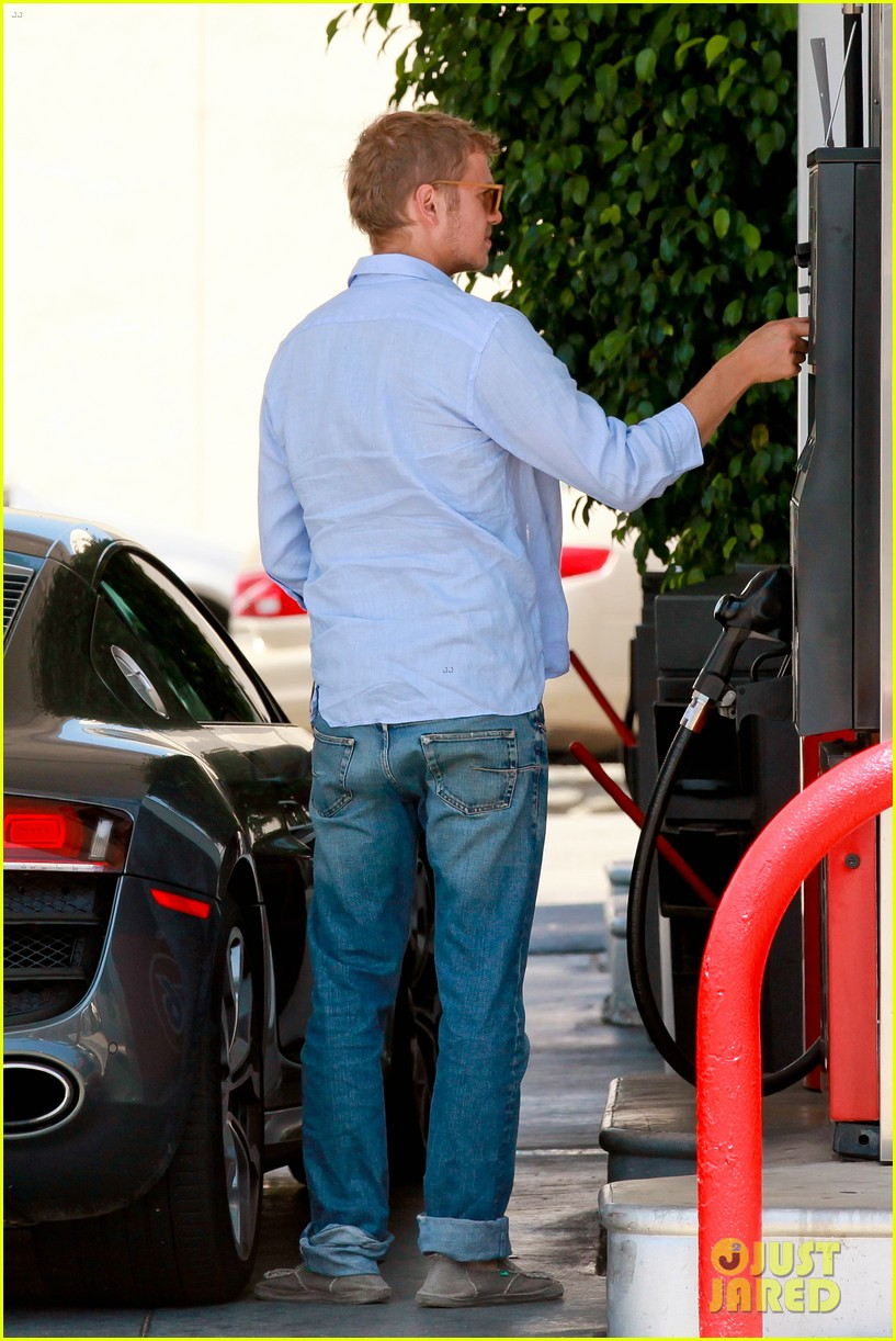 hayden christensen licks his lips while fueling his car 053148763