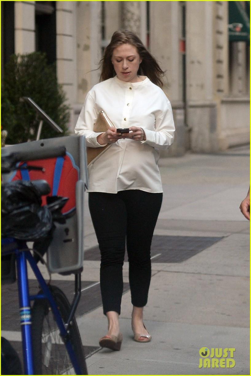 chelsea clinton displays her growing baby bump 043152230