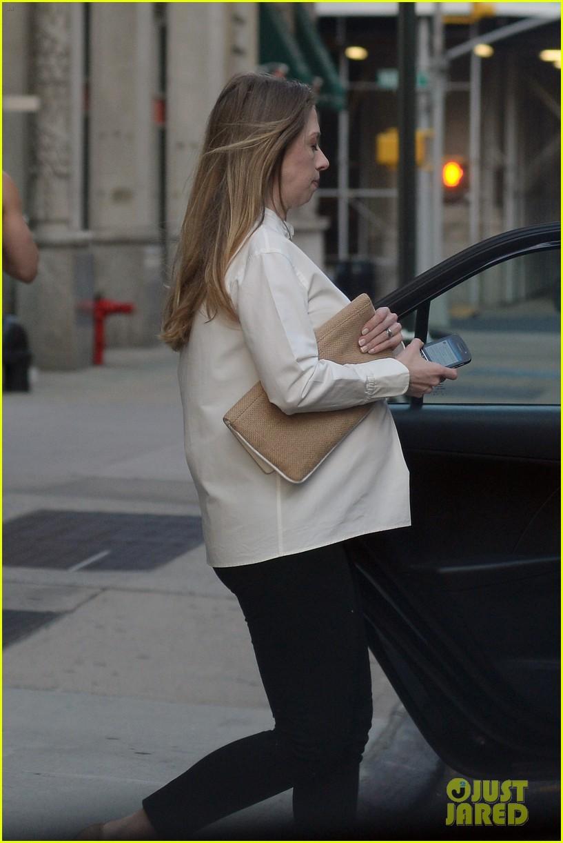 chelsea clinton displays her growing baby bump 093152235