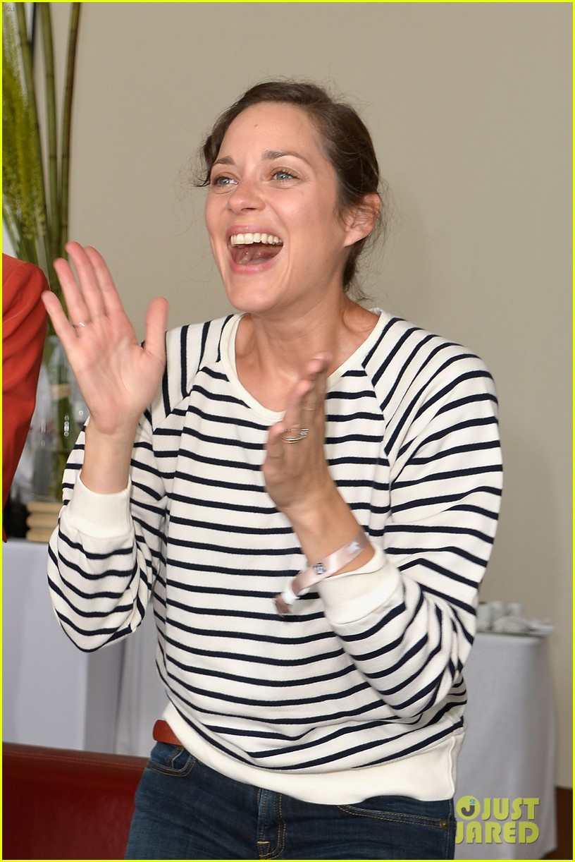 marion cotillard cheers on her man horse jumping 02