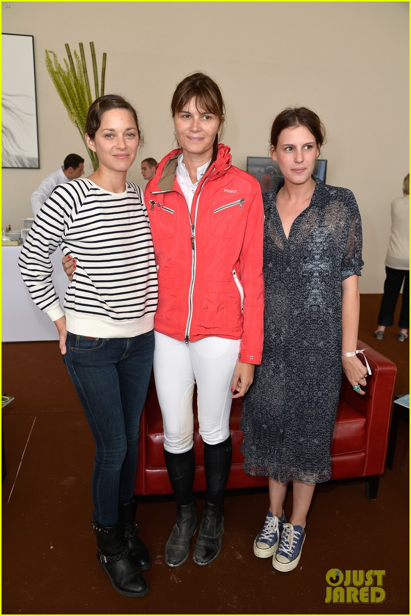 marion cotillard cheers on her man horse jumping 053149628