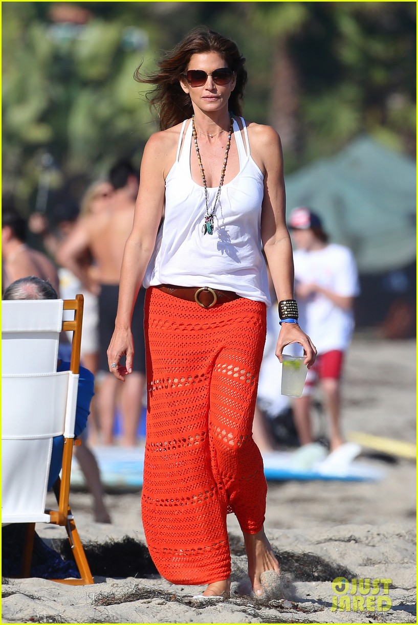 cindy crawford rande gerber beach walk malibu 053150162