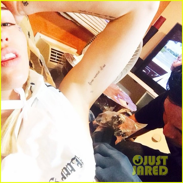 miley cyrus gets tattoo to honor dog floyd 103150350