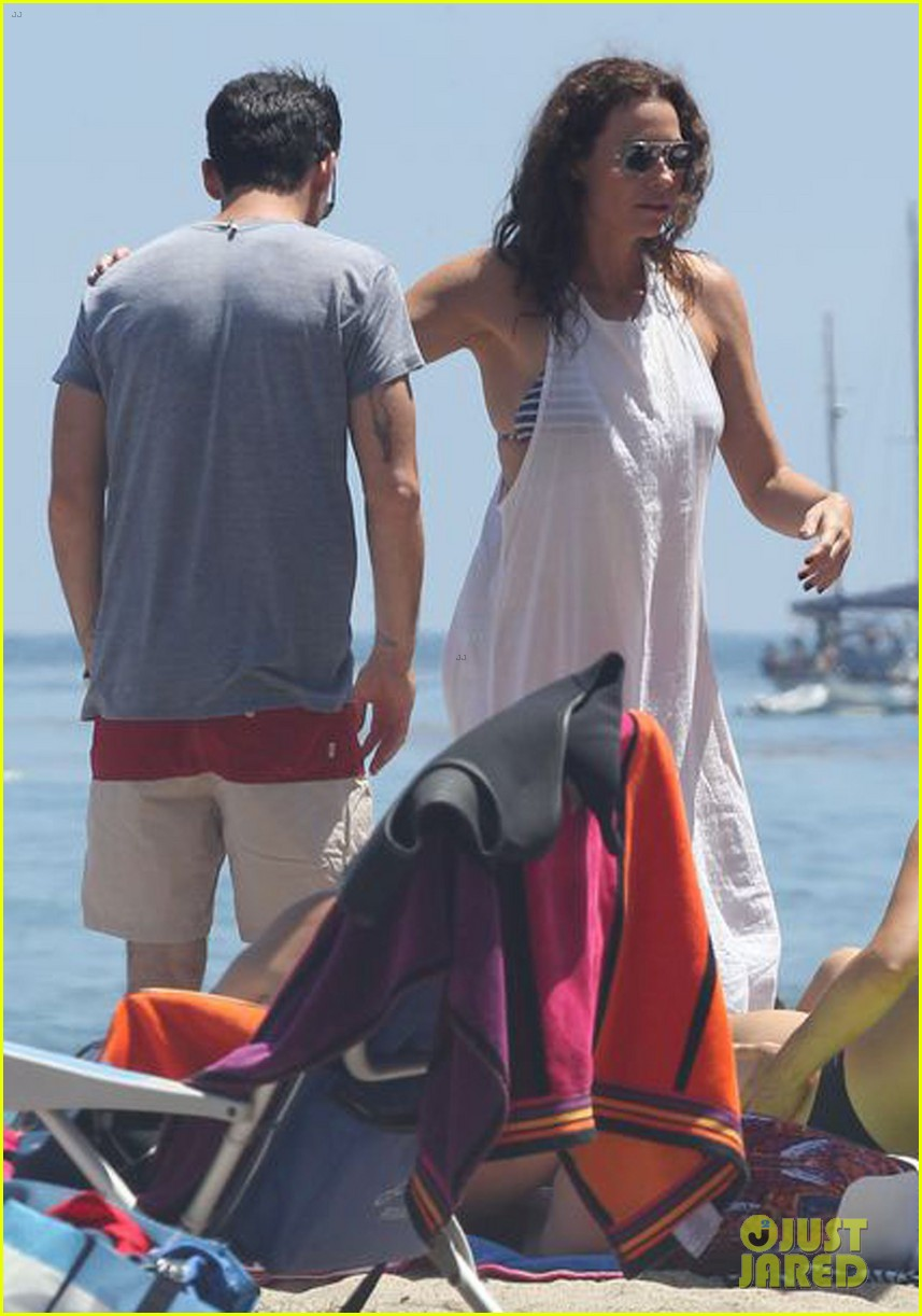 minnie driver spends the fourth of july at the beach 033150383