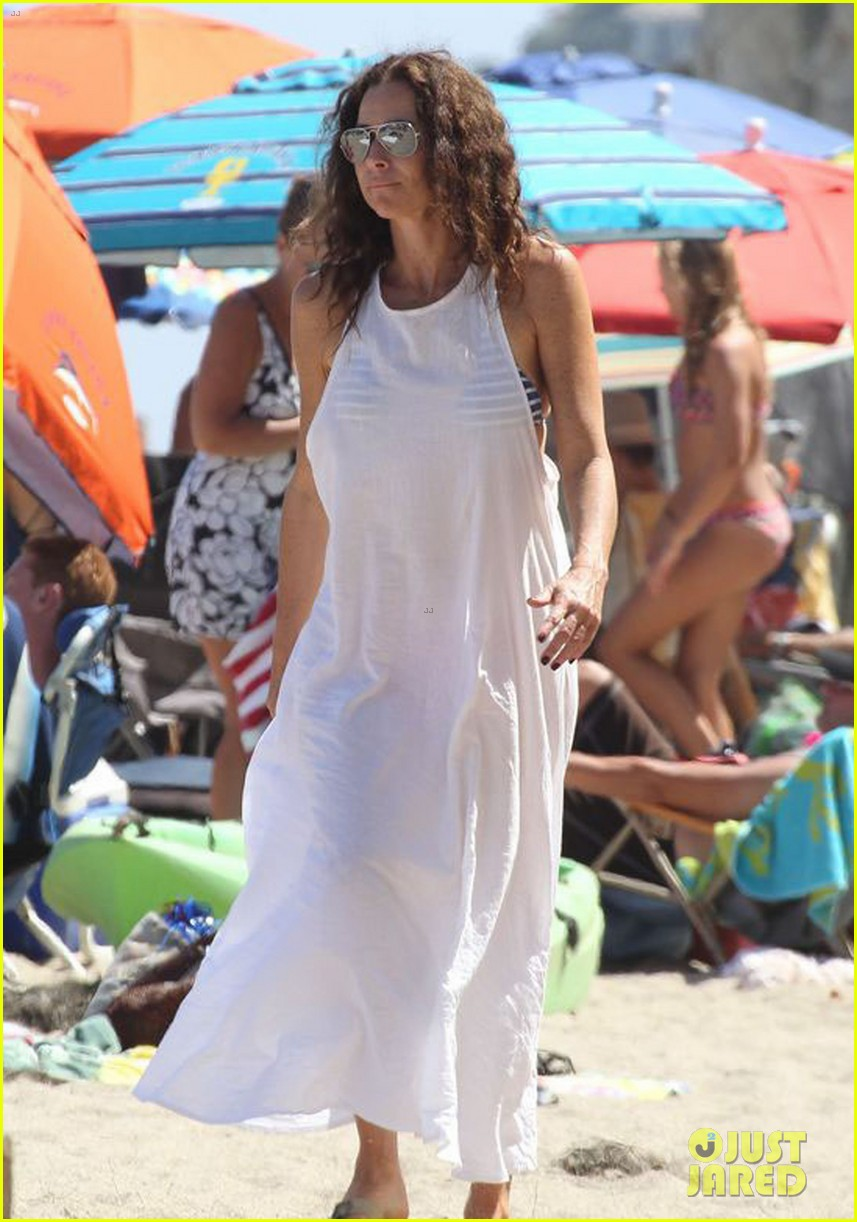 minnie driver spends the fourth of july at the beach 073150387