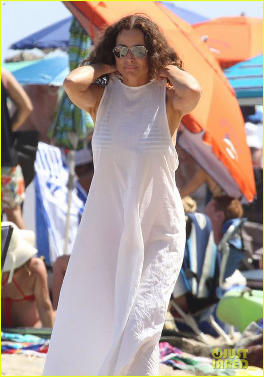 minnie driver spends the fourth of july at the beach 14