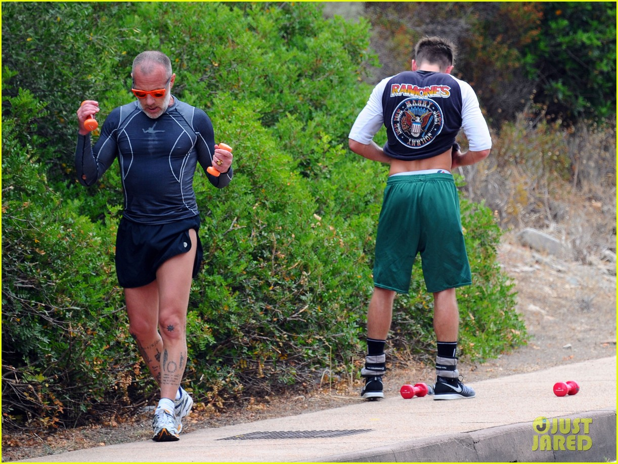 zac efron works on his fitness with gianluca vacchi 033150061