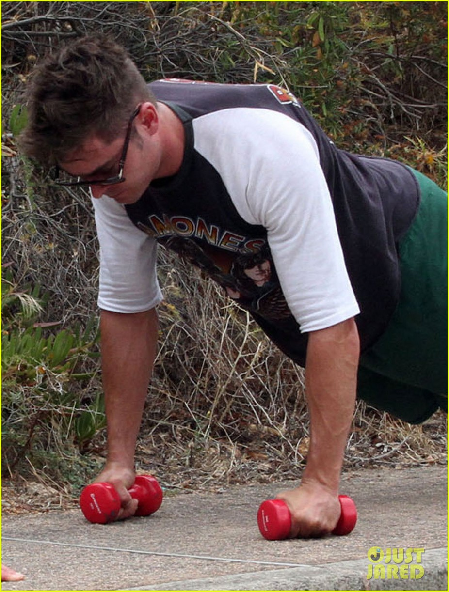 zac efron works on his fitness with gianluca vacchi 043150062