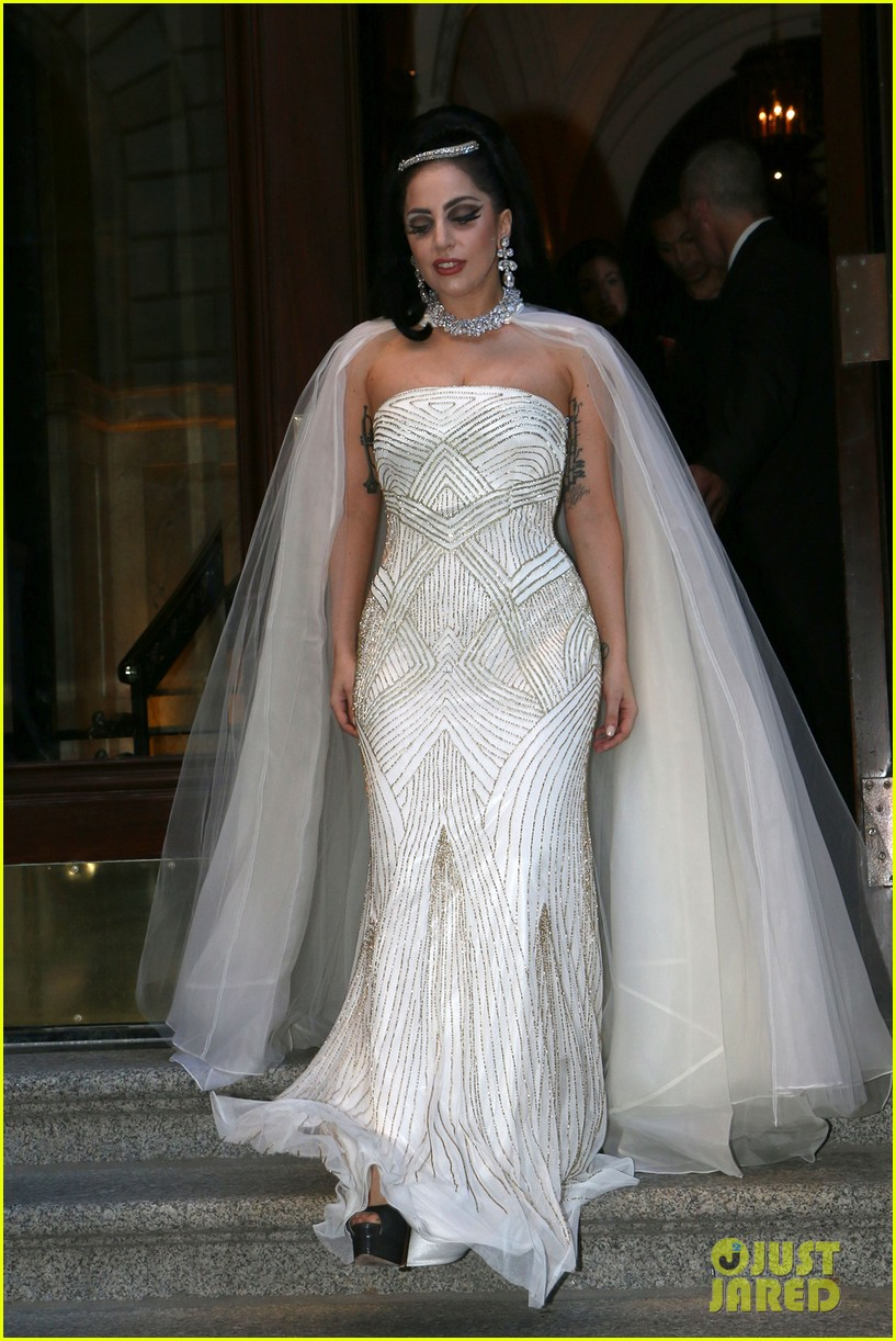 lady gaga wears wedding dress for surprise tony bennett performance 033148306