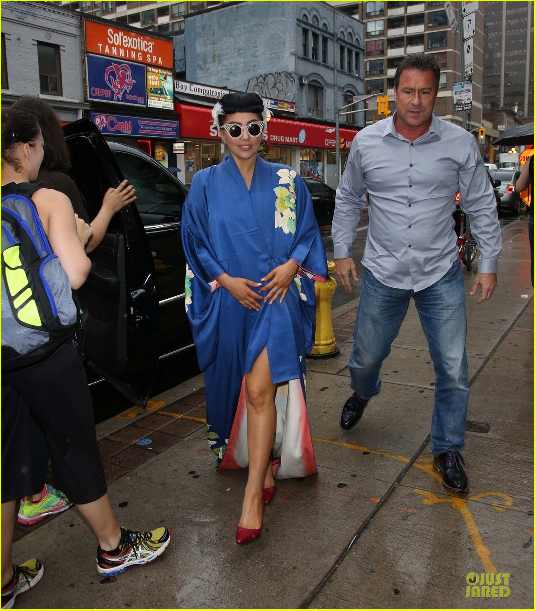 lady gaga shows appreciation for japanese culture 013152044