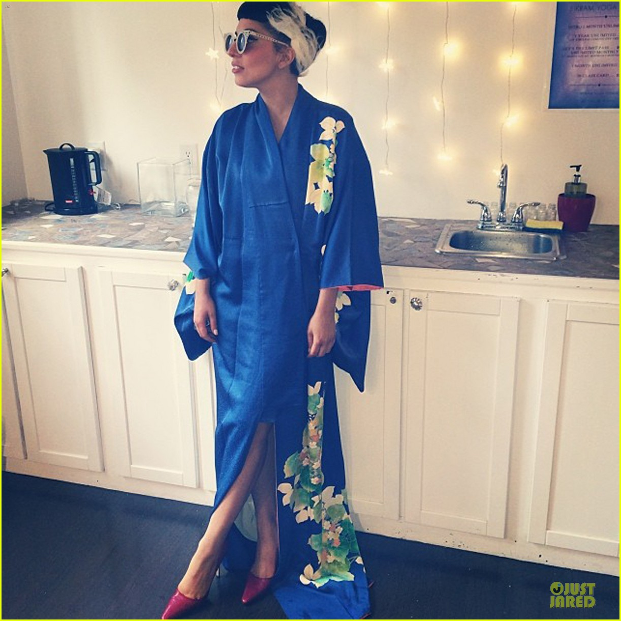 lady gaga shows appreciation for japanese culture 033152046