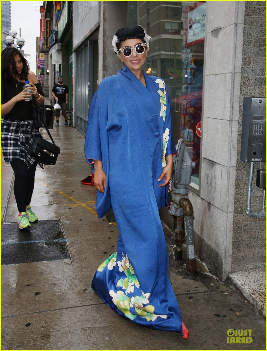 lady gaga shows appreciation for japanese culture 043152047