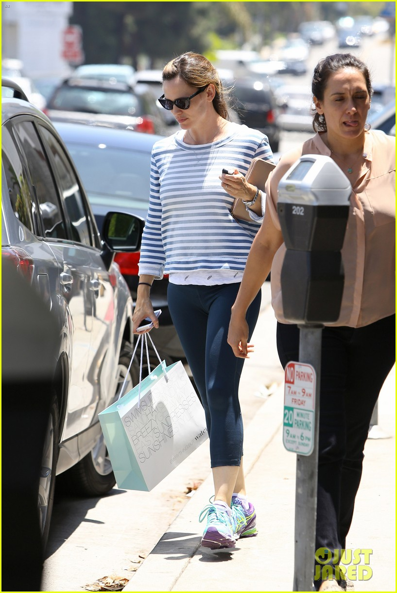jennifer garner shops for swimsuits 013149469