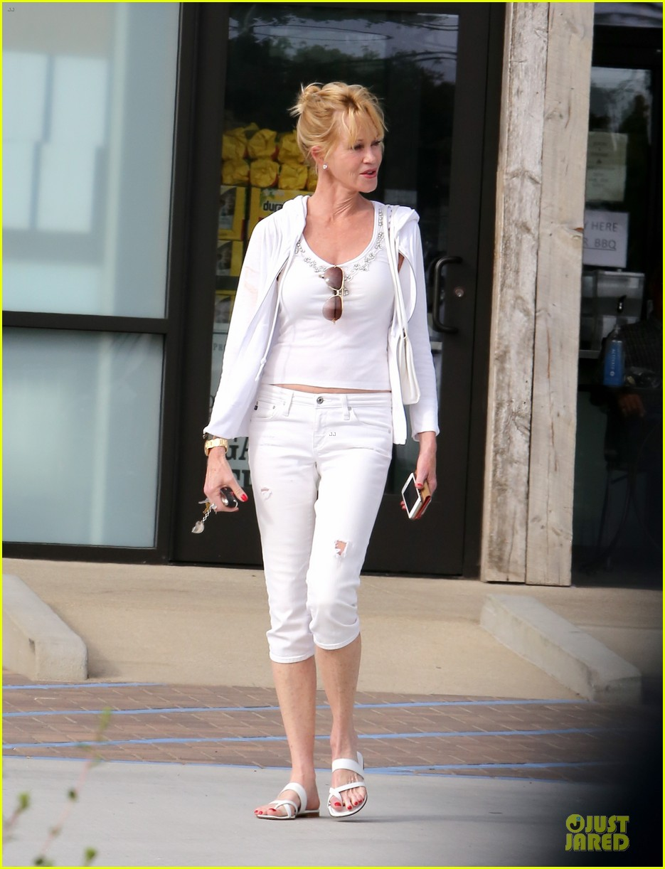 melanie griffith gets grocery help on fourth of july 013150824