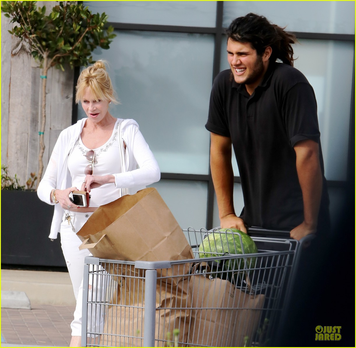 melanie griffith gets grocery help on fourth of july 023150825