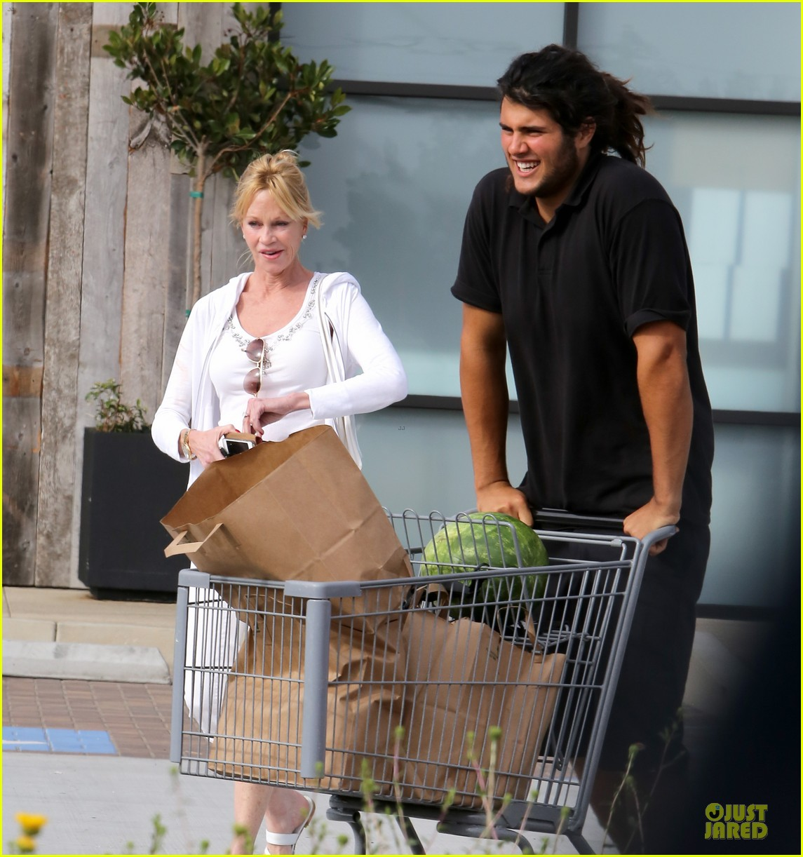 melanie griffith gets grocery help on fourth of july 083150831