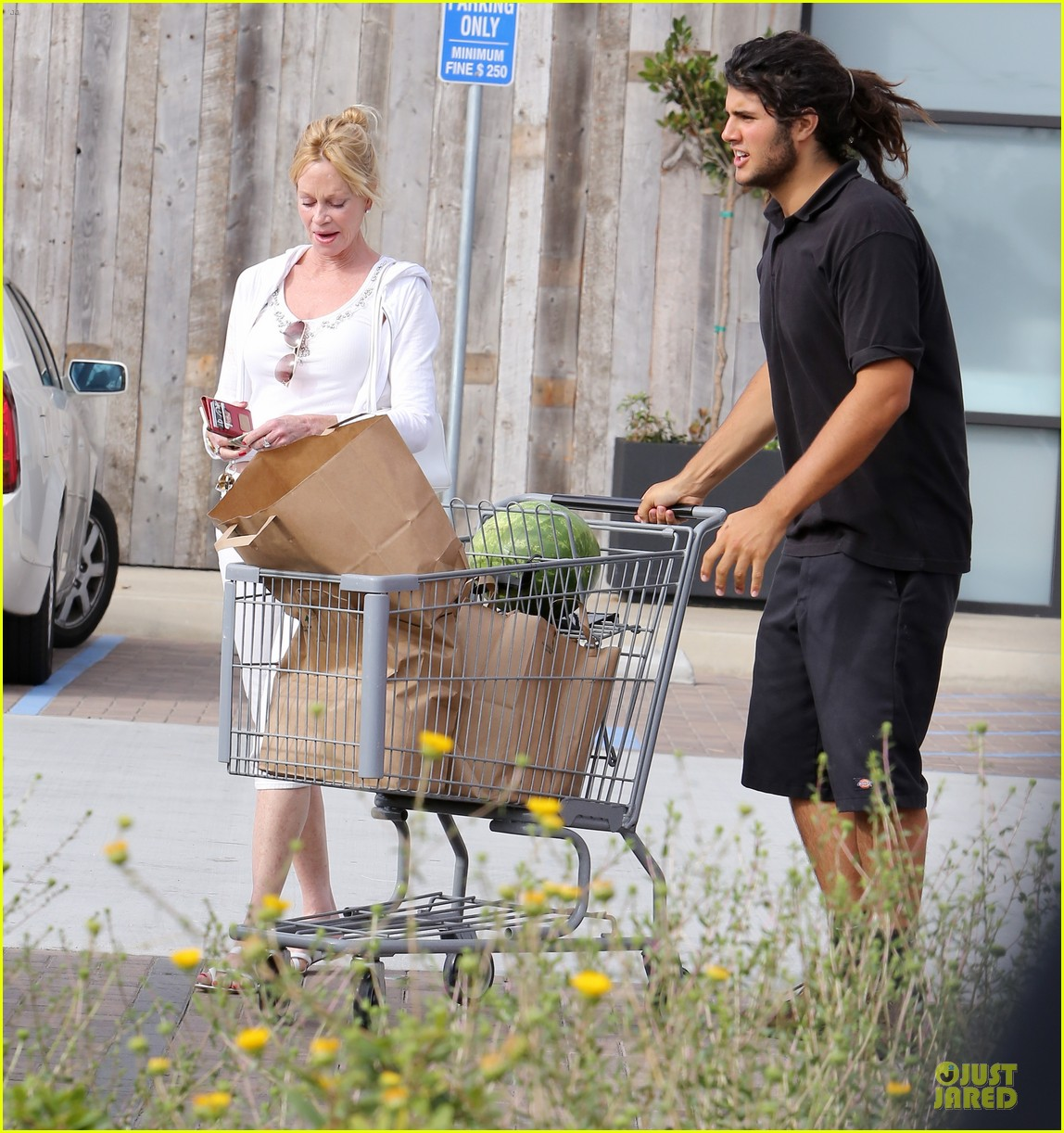 melanie griffith gets grocery help on fourth of july 143150837
