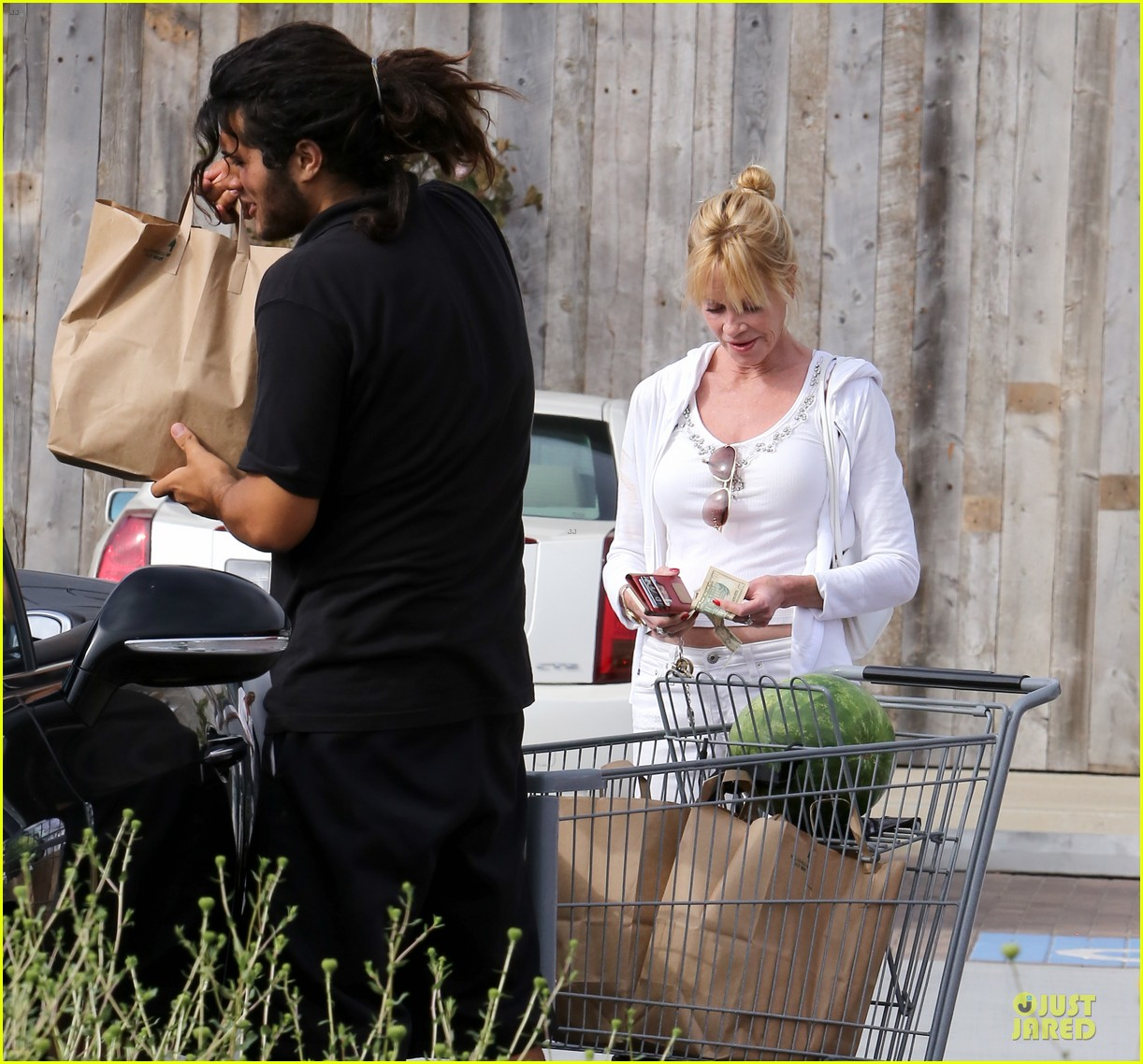 melanie griffith gets grocery help on fourth of july 173150840