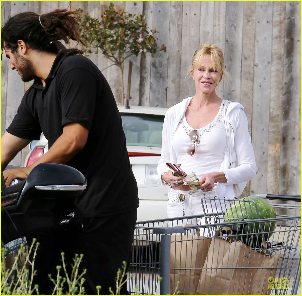 melanie griffith gets grocery help on fourth of july 203150843