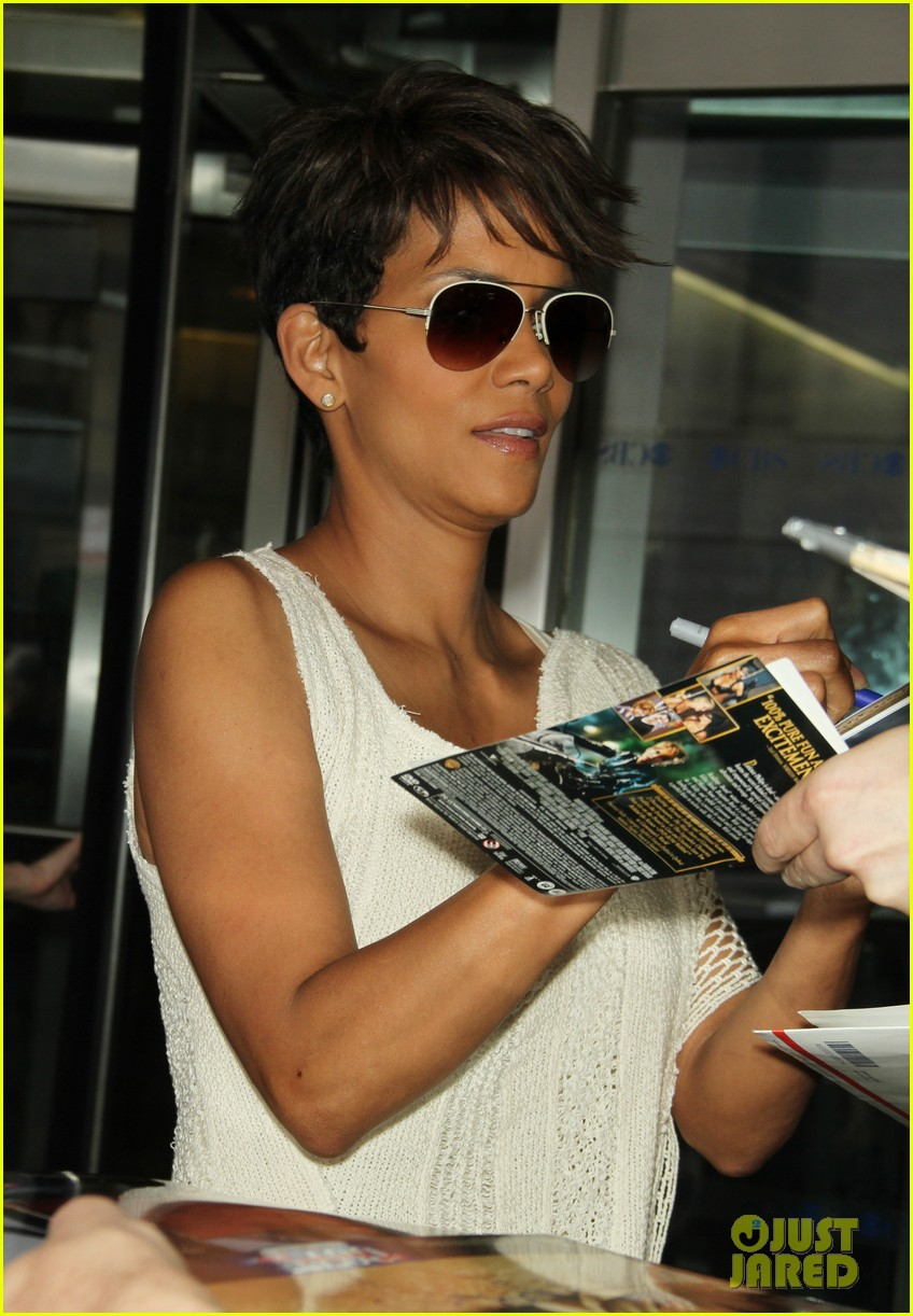 halle berry admits to david letterman that she believes in aliens 013151673