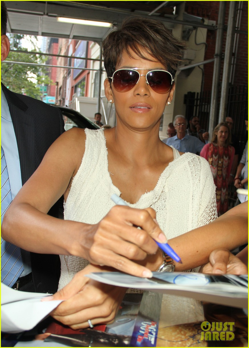 halle berry admits to david letterman that she believes in aliens 023151674