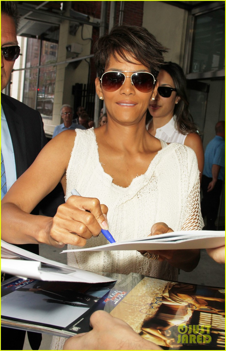 halle berry admits to david letterman that she believes in aliens 093151681
