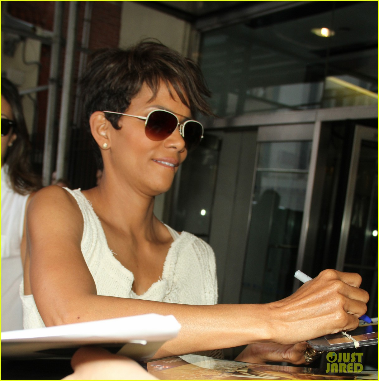 halle berry admits to david letterman that she believes in aliens 103151682
