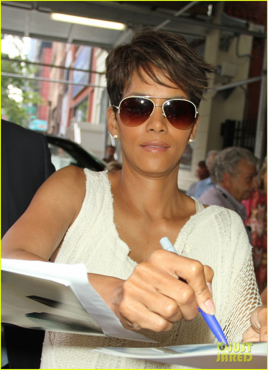 halle berry admits to david letterman that she believes in aliens 113151683