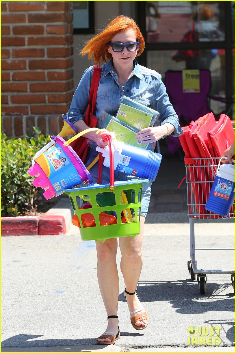 alyson hannigan debuts new bright red short hair 123149759